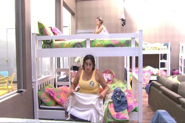 11.mar.2014 - Susi, mãe de Cássio, foi a primeira a tomar banho na manhã desta terça-feira, dia de paredão