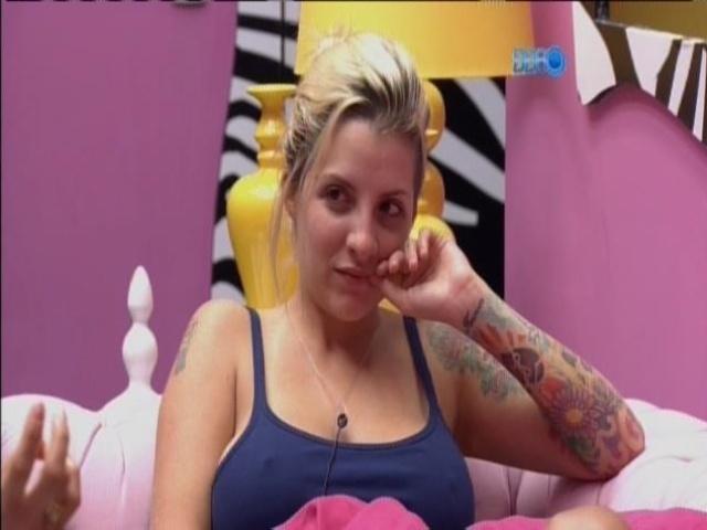 """11.mar.2014 - """"Tenho tesão por peão de obra"""", revela Clara em segredo para brothers"""