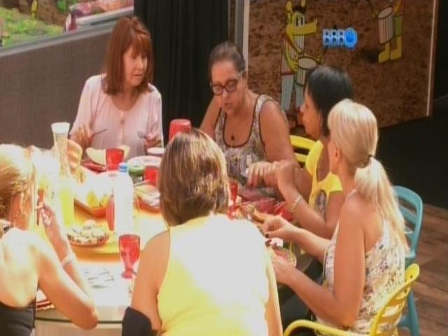 """11.mar.2014- Mães imitam os filhos em """"Raio-X"""" improvisado à mesa do café"""