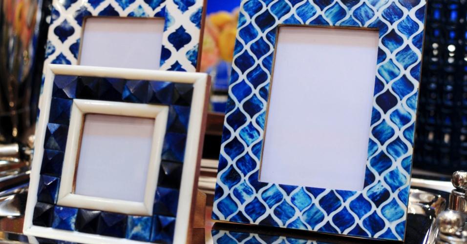 De madeira, os porta-retratos Mumtaz lembram as estampas de azulejos e mosaicos. Os itens de decoração estão em exposição no estande da empresa da arquiteta Vanessa Taques (www.vanessataques.com)