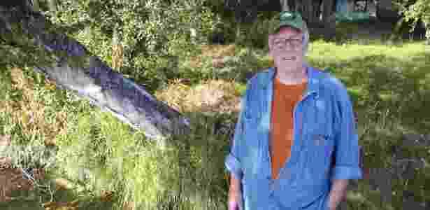 O escritor Joe McGinniss em 2010, posa para foto próximo da casa de Sarah Palin no Alasca, enquanto escrevia o polêmico livro sobre a ex-governadora do Estado - SP