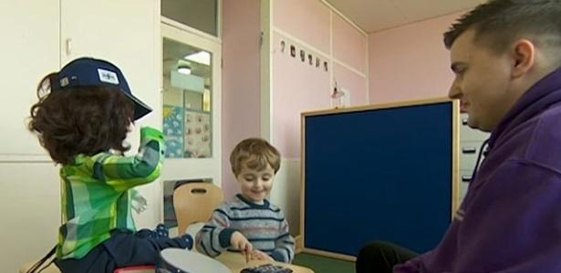 O robô Kaspar usa frases repetitivas para ajudar crianças com autismo - BBC