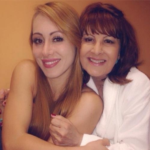 """12.mar.2014 - Aline publica foto com Dona Ledi e escreve: """"Sou fã da mamãe Cebola e brado sem pranto: te amo muito e tanto!"""""""
