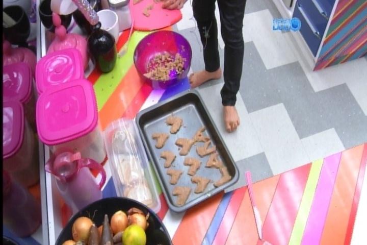 12.mar.2014 - Cássio cozinha cookies para os brothers em forma de coração e reproduz as letras da palavra laranja