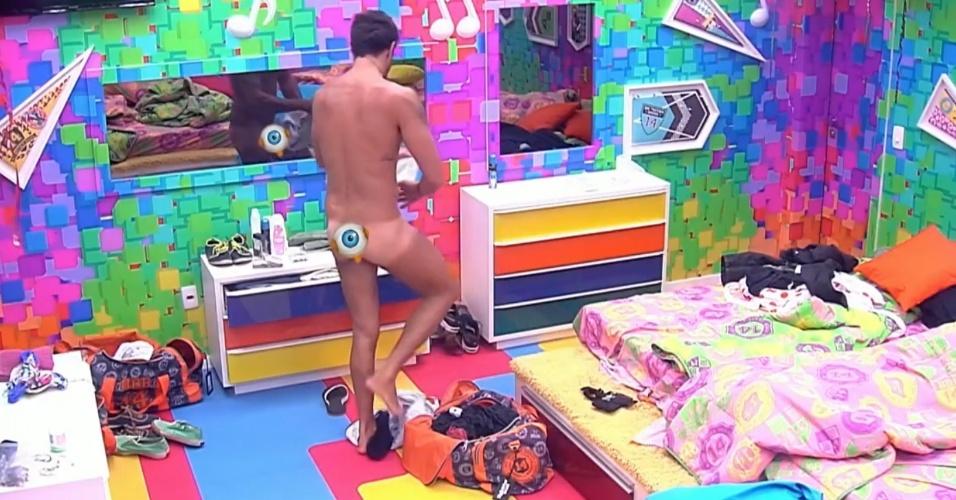12.mar.2014 - Diego ignorou as câmeras e ficou pelado enquanto colocava sua sunga branca no Quarto Festa