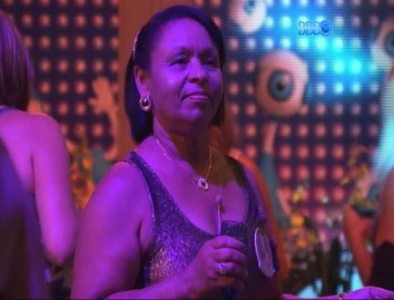 12.mar.2014 - Do outro lado do muro, mães e tias de brothers também aproveitam a Festa Brasileira; na imagem, Zezinha, tia de Valter, dança ao som de pagode