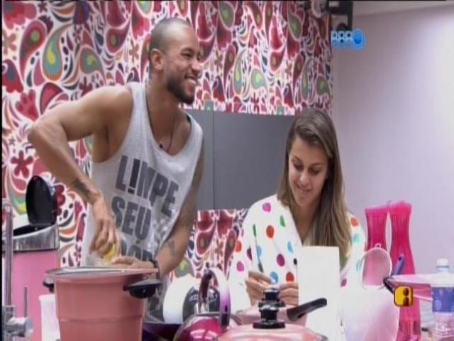 12.mar.2014 - Enquanto isso, os brothers cozinham e Marcelo imita Zezinha
