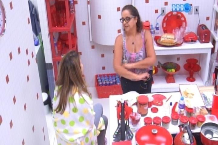 12.mar.2014 - Leda, mãe de Marcelo, conta para Ivone, mãe de Angela, que o filho teve uma crise nervosa quando terminou namoro