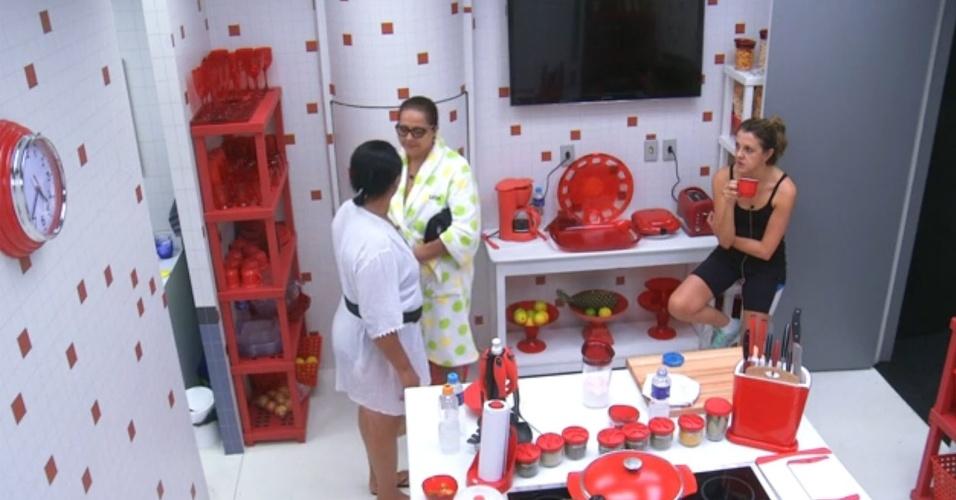 12.mar.2014 - Leda, mãe de Marcelo, e Zezinha, tia de Valter, combinam discussão para assustar confinadas