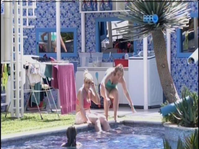 12.mar.2014 - Mães e tias ganham dia de piscina