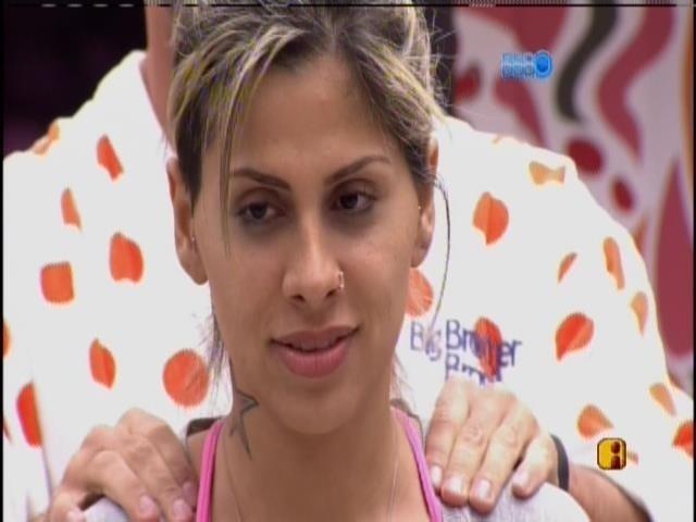 12.mar.2014 - Marcelo faz massagem em Vanessa