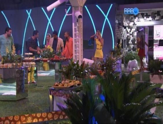 12.mar.2014 - Vestidos com uma roupa colorida, brothers são chamados pela produção para a Festa Brasileira