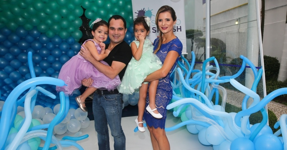 12.mar.2014- Luciano Camargo e Flávia Fonseca comemoram aniversário de 4 anos das filhas gêmeas Isabella e Helena em um buffet em Moema, São Paulo