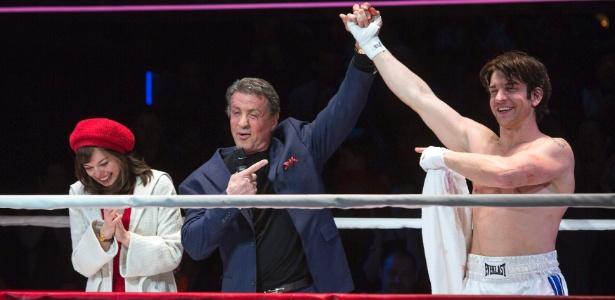 """Sylvester Stallone apresenta os atores Margo Seibert e Andy Karl, que interpretam Adriam e Rocky, na pré-estreia do musical """"Rocky"""" na Broadway, em Nova York, em fevereiro - Andrew Kelly/Reuters"""