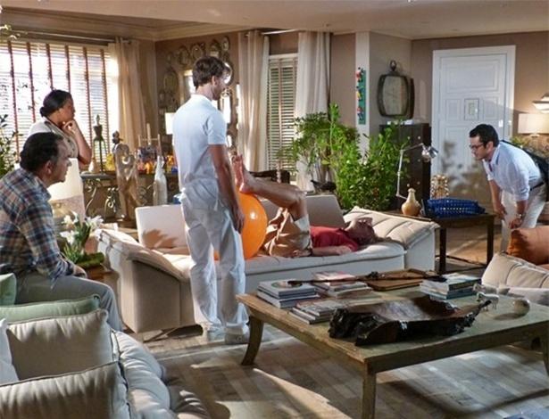 Felipe encontra Gabriel em sua casa fazendo fisioterapia em Benjamin e causa desconforto com comentário