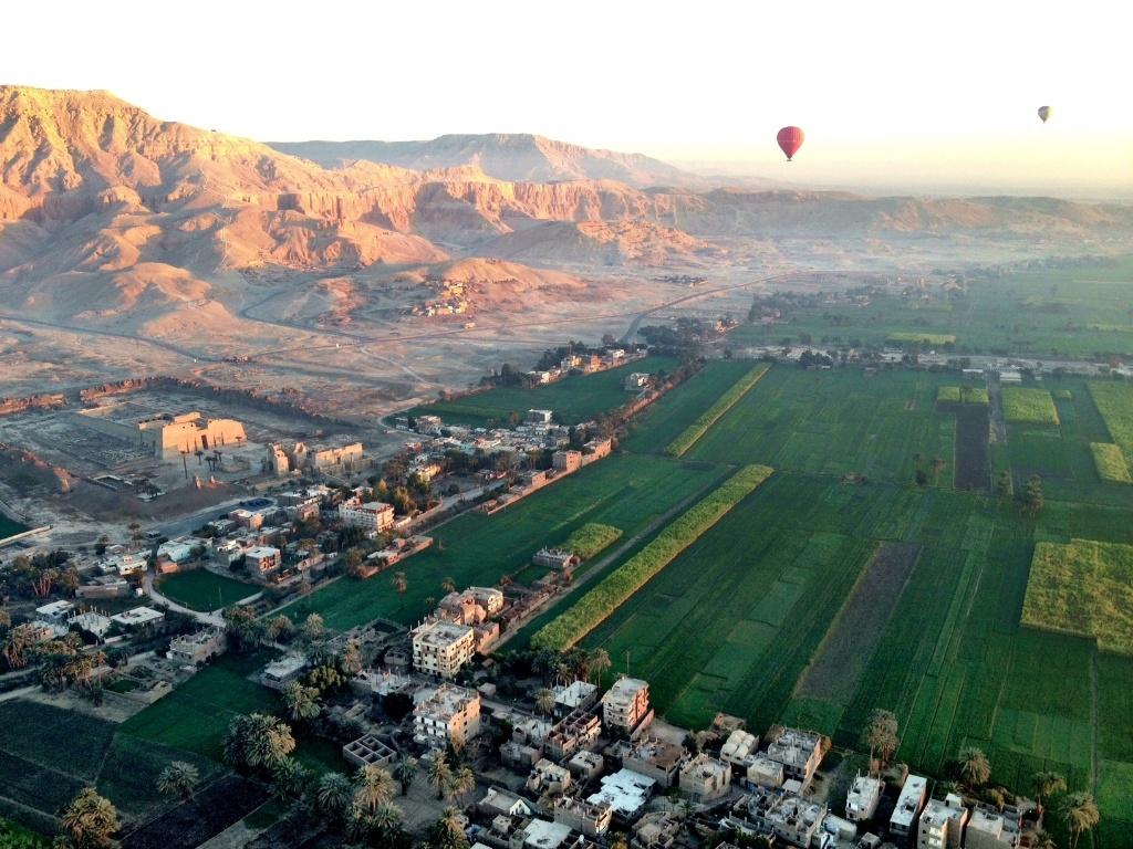 No Egito, Cruzeiros Conectam Rio Nilo Com Templos