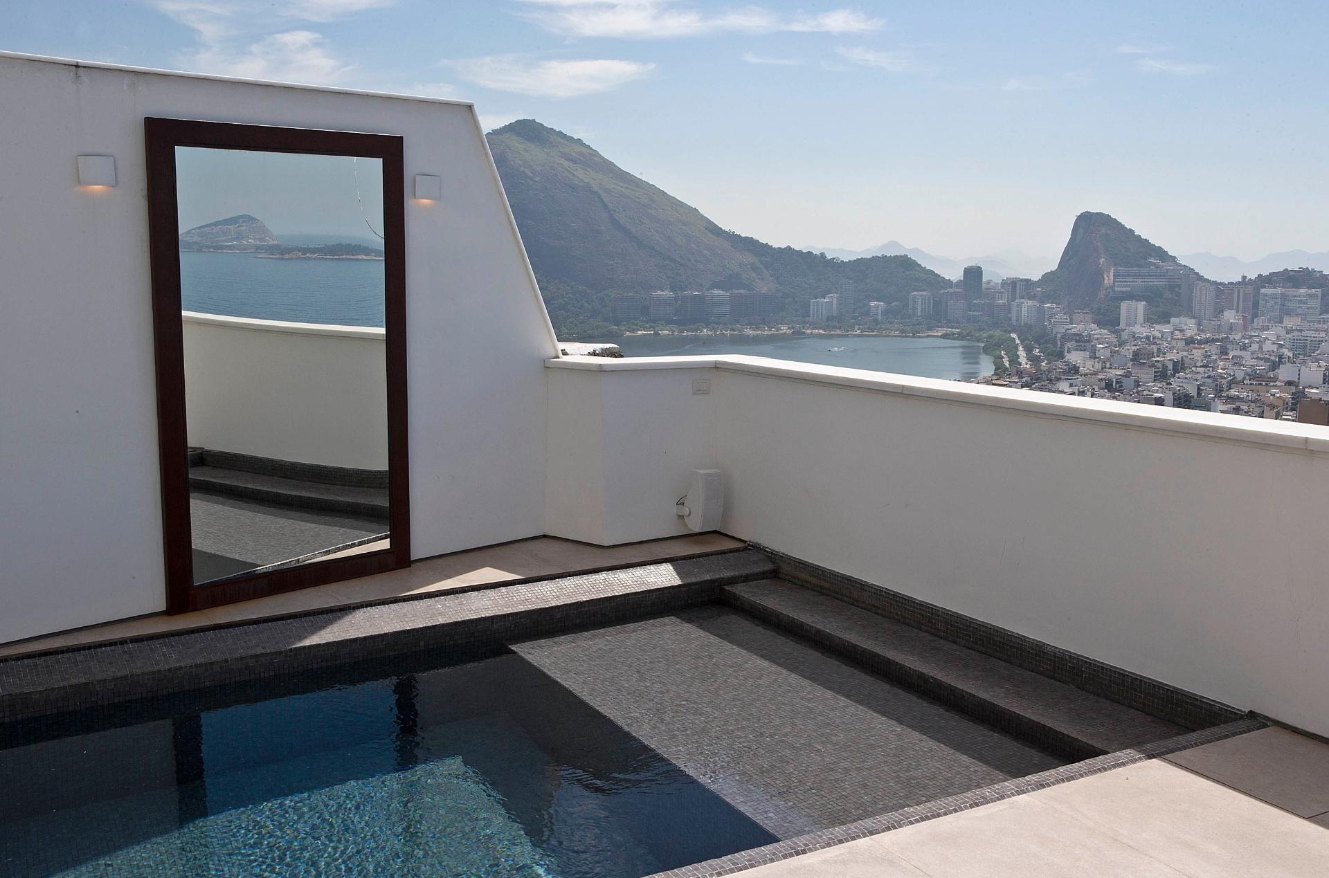 Do terraço da cobertura Rio Design Leblon, reformada pelo escritório House in Rio, os moradores desfrutam de uma fascinante vista e ainda aproveitam as delícias da piscina revestida com pastilhas (Vidrotil), da Brasil Europa. Na parede, o espelho reflete a cidade maravilhosa