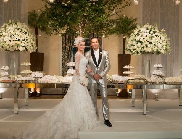 12.mar.2014 - Latino e Rayanne Moraes posam para a foto oficial do casamento em frente à mesa de doces no Copacabana Palace