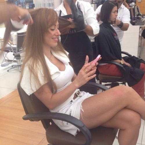 """13.mar.2014 - Aline publica foto no salão de beleza e escreve: """"Cuidando das """"melenas"""" e pegando amor - via internet - das minhas trevinhas amadas. Tri bom!!!"""""""