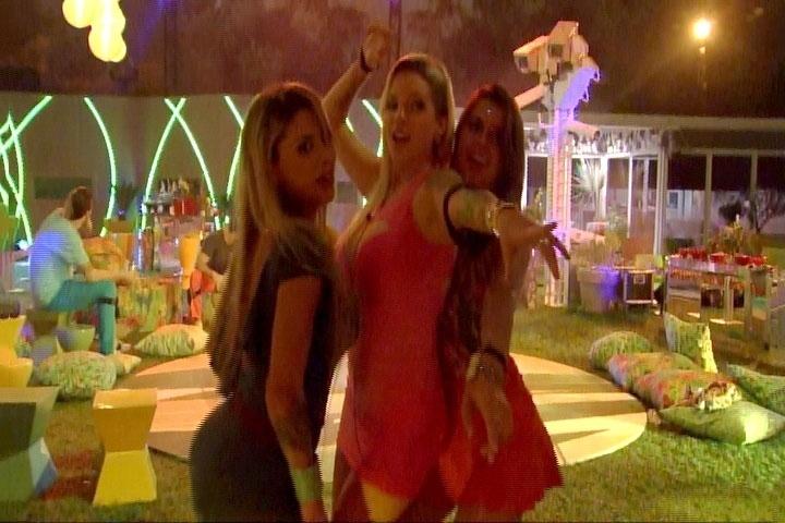 13.mar.2014 - Angela sensualiza com Vanessa e Clara em frente a um dos espelhos do jardim durante Festa Brasileira