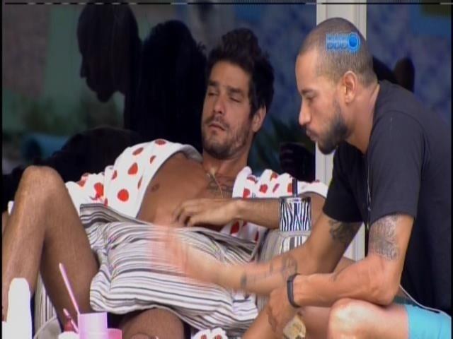 13.mar.2014 - Angela, Valter e Diego tomam café na varanda