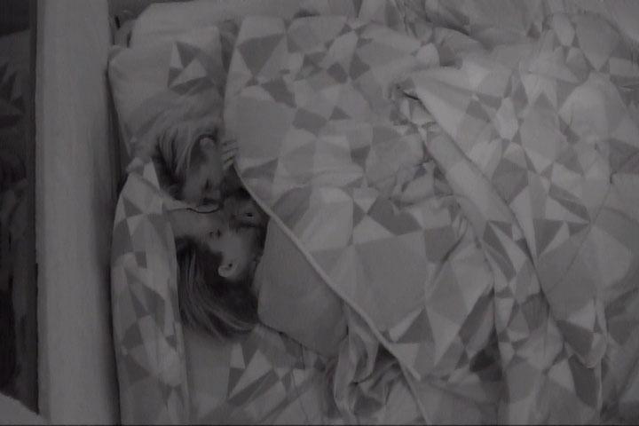 13.mar.2014 - Clara confessa que vê pessoas atrás dos espelhos da casa.