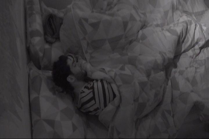 13.mar.2014 - Clara pergunta a Marcelo se ele vai procurar Letícia fora do confinamento.