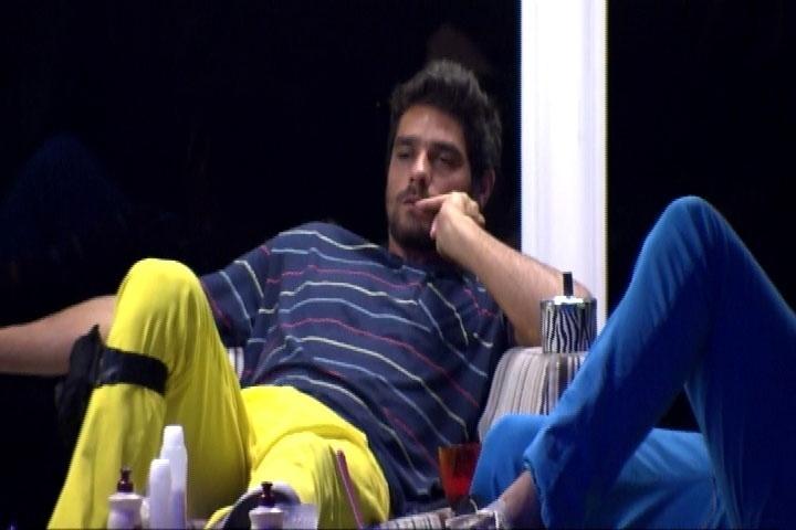 13.mar.2014 - Em conversa, Diego revela para Cássio que já agrediu sua mãe, Marcia.