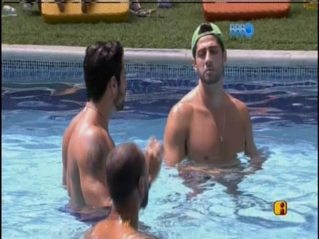 13.mar.2014 - Marcelo, Diego e Valter curtem a piscina e conversam com Cássio, que está fora