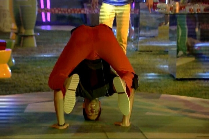 13.mar.2014 - Marcelo tenta fazer movimentos de hip hop durante Festa Brasileira