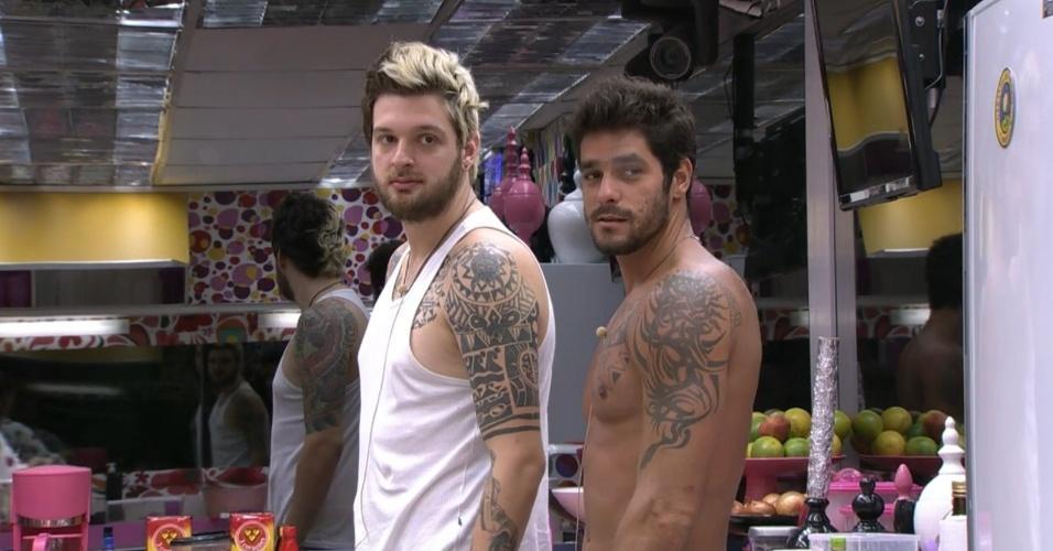 13.mar.2014 - Olhando no espelho, Diego diz que ele e Cássio estão mais magros