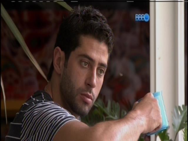 13.mar.2014 - Sozinho e pensativo, Marcelo toma café na varanda