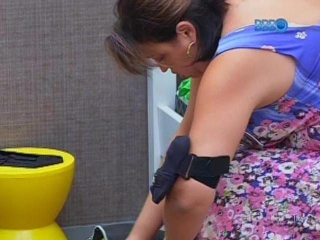"""13.mar.2014 - Susi, mãe de Cássio, arruma malas para deixar a casa do """"BBB14"""""""