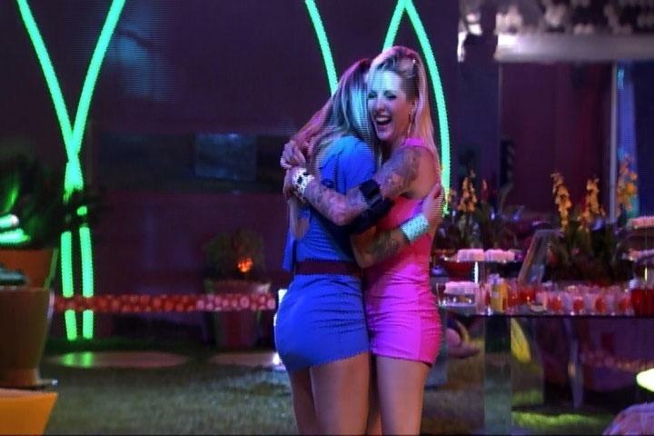 13.mar.2014 - Vanessa e Clara dançam grudadinhas música romântica durante a Festa Brasileira