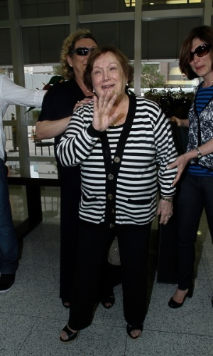 13.mar.2014-  Bastante abaladas, Nicette Bruno e Beth Goulart deixam hospital em São Paulo onde o ator Paulo Goulart faleceu no início da tarde desta quinta-feira