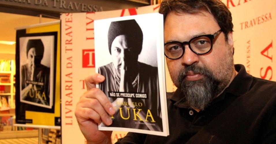 """13.mar.2014- Marcelo Yuka lança biografia """"Não Se Preocupe Comigo"""" em livraria no Leblon, zona sul do Rio"""