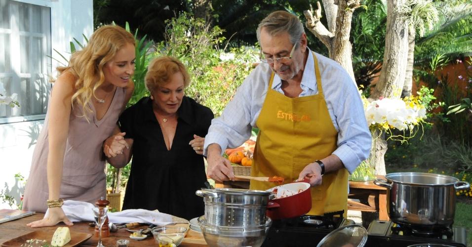 """21.abr.2012 - Angélica aprende receita com Paulo Goulart e conversa com ele e sua esposa, Nicette Bruno no programa """"Estrelas"""""""