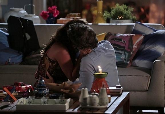 Clara e Cadu aproveitam o momento para namorar