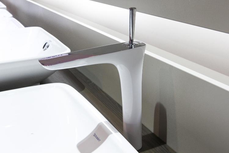 Com desenho minimalista, de toque feminino, o lavatório faz parte da série Puravida desenhada pelo estúdio alemão Phoenix Design para a marca Duravit (www.duravit.com.br)