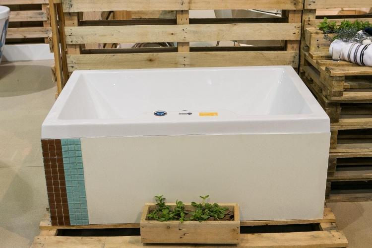 Com espaço interno de 90 cm, a banheira Small Lev foi projetada para banheiros compactos, comuns em apartamentos do tipo Studio