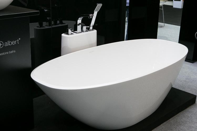 Da marca inglesa Victoria+Albert, representada no Brasil pela Doka Bath Works (www.banheirasdoka.com.br), a banheira Mozzano é produzida de um composto com base de rocha vulcânica e possui um visual assimétrico