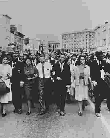 Fotografia de Moneta Sleet Jr., que mostra Rosa Parks, Martin Luther King Jr. e outros líderes do movimento na marcha de Selma a Montgomery, no Estado do Alabama, em 1965 - © Johnson Publishing Company, LLC