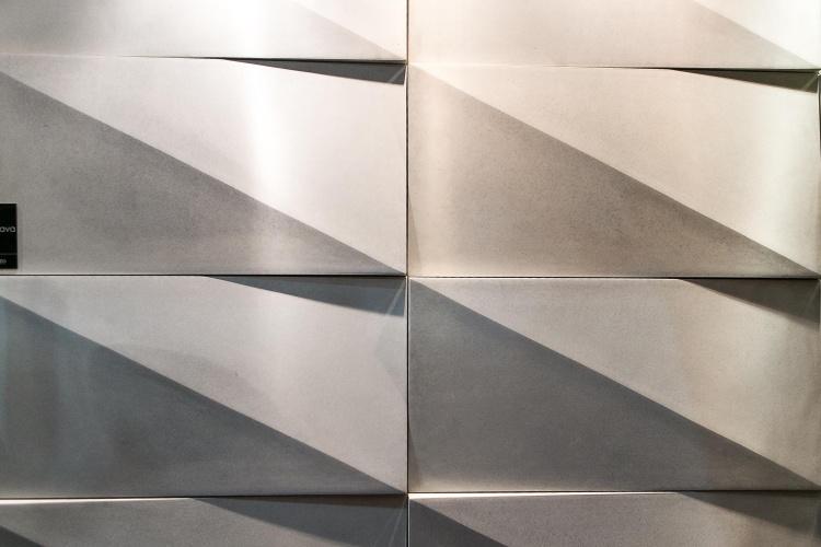 Na 12ª edição da Expo Revestir, de 11 a 14 de março de 2014, em São Paulo, a Palazzo (www.palazzo.ind.br) lançou o revestimento cimentício Calatrava que pode criar um jogo de luz e sombra no ambiente devido ao relevo de suas formas