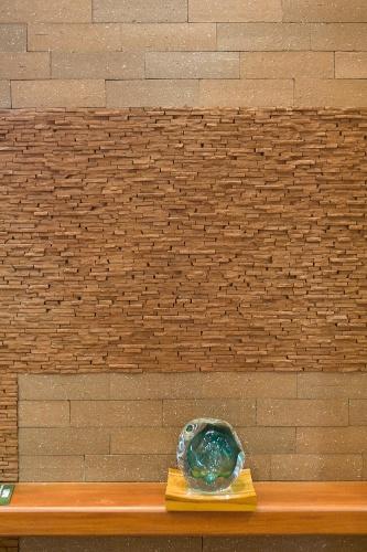 No estande da Lepri (www.lepri.com.br), na Expo Revestir, a parede foi ambientada com os revestimentos da linha Brick Mattone, que reproduz tijolos de demolição, e da linha Rocks