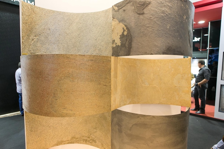 Novidade da Palimanan Revestimentos Naturais (www.palimanan.com.br) para a feira Expo Revestir (11 a 14 de março de 2014) em São Paulo, a lâmina de pedra Skineer é uma folha composta por pedra naturais em fatias finas e fibra de vidro