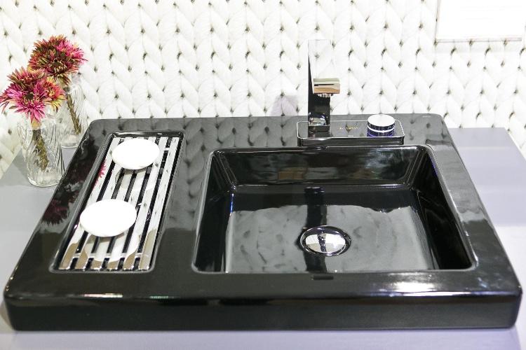 O monocomando Deca Touch Digital para lavatório possui led luminoso e display digital que permite a visualização da temperatura da água
