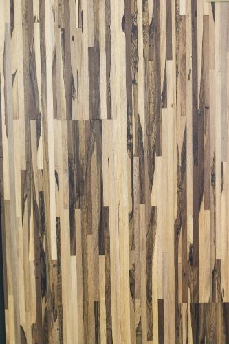O piso Legno Multiestruturado Guajuvira, da Indusparquet (www.indusparquet.com.br), é composto por lâminas de madeira dispostas numa aparência de mosaico