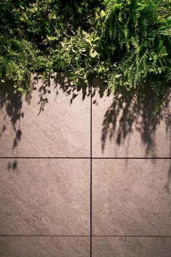 O sistema de fachada ventilada da Eliane Revestimentos Cerâmicos (www.eliane.com) apresenta uma câmara de ar entre o revestimento externo e a base suporte do edifício, o que proporciona uma ventilação e consequente melhoria do conforto térmico