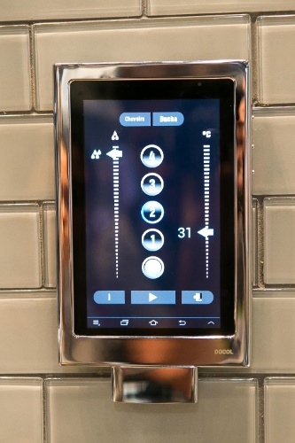O sistema de misturador para chuveiros DocolTech foi desenvolvido com tecnologia brasileira e permite controlar a temperatura e vazão da água, além de personalizar até quatro tipos de banhos