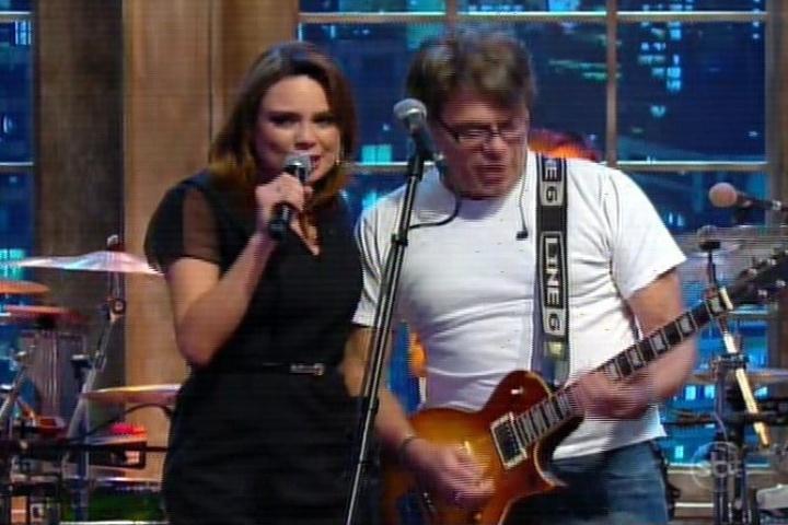 """Raquel Sheherazade canta com Ultraje a Rigor no """"The Noite"""""""